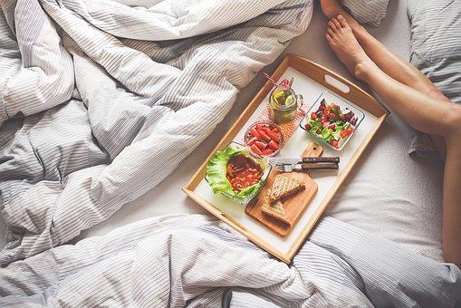 Čtvrtina lidí na home office si objednává jídlo, vaření ale vede